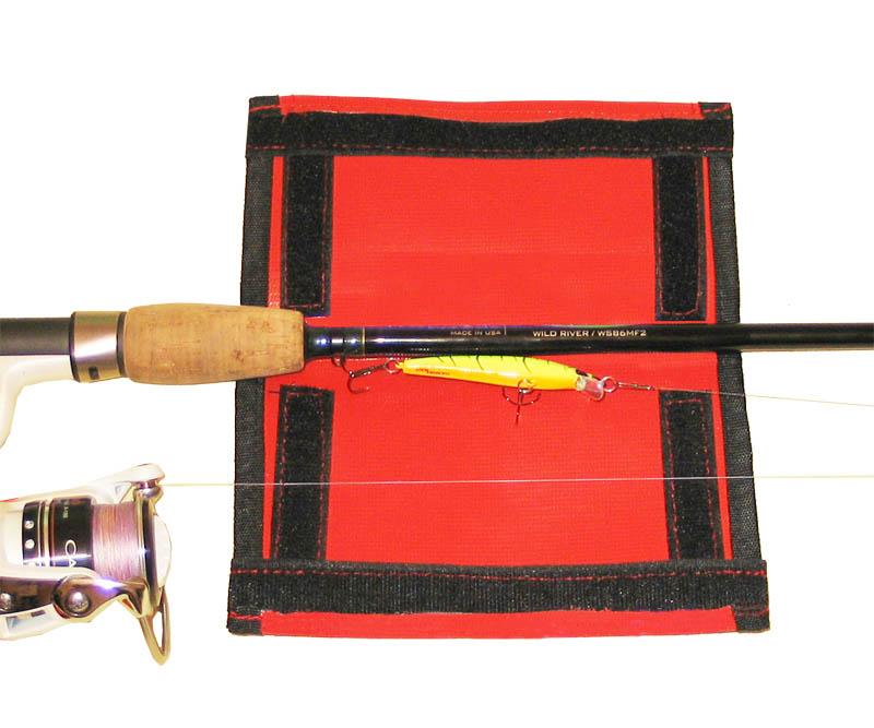 Защитный чехол Кошелёк изготовлен из прочной тентовой ткани и имеет крепление на липучке. Оберните Кошельком свою приманку. Ваше удилище готово к транспортировке и хранению.
